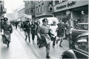 """Die Fotografin Marga Schwoerbel dokumentierte lebhaft die Demo zum """"Venceremos""""-Prozess im Januar 1970 (Bildnachweis: Stadtarchiv Biberach, Sig. M 10.1 Nr. 4216, Aufnahme: Marga Schwoerbel)."""