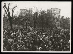 Vor den Ruinen des Alten Schlosses in Stuttgart regte sich der Massenprotest (Bildnachweis: Stadtarchiv Stuttgart).