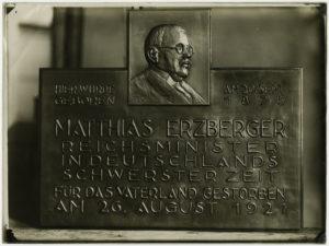 Die alte Gedenktafel an Matthias Erzbergers Geburtshaus in Buttenhausen (Aufnahme nach 1927).