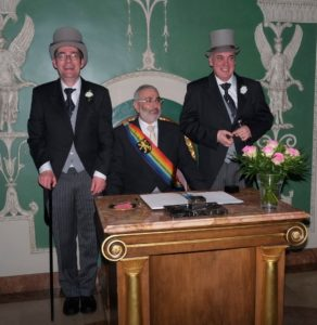 Siegfried Schilinski und Felix Schöber bei ihrer Verpartnerung, in der Mitte Bürgermeister Wolfgang Erichson. (Bildnachweis: Natalie Nollert)