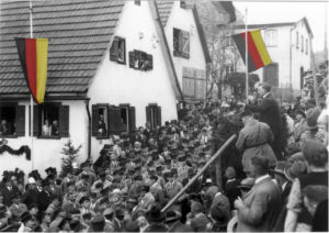 Riesenandrang vor Erzbergers Geburtshaus bei der Gedenkveranstaltung des Reichsbanners Schwarz-Rot-Gold(Bildnachweis: Stadtarchiv Münsingen; Einfärbung.: HdG BW/Hemberger).