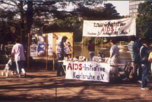 Kondome statt Meldepflicht! Die AIDS-Initiative Karlsruhe brachte ihre Anliegen im Jahr 1987 zu verschiedenen Anlässen vor (Bildnachweis: AIDS-Initiative Karlsruhe).