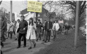 Demonstrationszug auf dem Ledergraben in Reutlingen, 15. April 1970 (Bildnachweis: Stadtarchiv Reutlingen; bearb.: HdG BW/Hemberger).