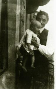 Kunst für Jedermann, auch für die jüngsten: Wichert mit seinem Sohn Jan auf dem Balkon seiner ersten Mannheimer Wohnung, 1909/10(Bildnachweis: Marchivum, Sig. AB01481-004; teilw. Ausbesserung: HdG BW/Hemberger).